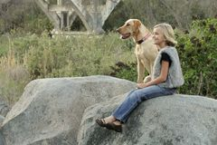девушка собаки счастливая она Стоковое Фото