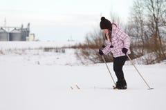 девушка страны перекрестная меньшее катание на лыжах Стоковое Изображение RF