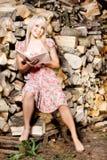 Девушка страны читая книгу Стоковое Изображение