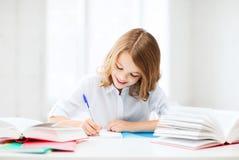 Девушка студента изучая на школе Стоковое Изображение