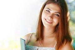 Девушка студента снаружи Стоковое Изображение RF