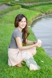 Девушка счастливая и подавая для рыб Стоковое фото RF