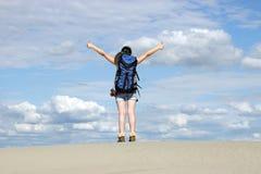Девушка с большими пальцами руки вверх в пустыне Стоковое фото RF