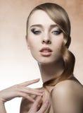 Девушка с волнистыми сияющими волосами Стоковые Изображения