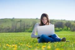 Девушка с компьтер-книжкой Стоковое фото RF
