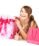 Девушка с красочными сумками подарка Стоковое Фото