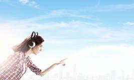 Девушка с наушниками Стоковые Фото