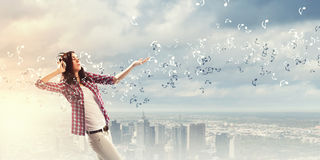Девушка с наушниками Стоковое Изображение