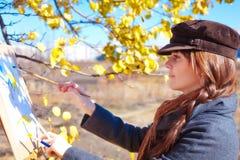 Девушка с палитрой в эскизах руки на бумаге Стоковые Изображения