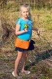 Девушка с полевыми цветками Стоковые Изображения RF