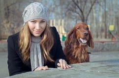 Девушка с собакой. Стоковые Фотографии RF