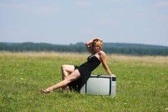Девушка с старым ТВ на середине полей Стоковое Фото