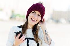 Девушка слушая к музыке на smartphone Стоковые Изображения RF