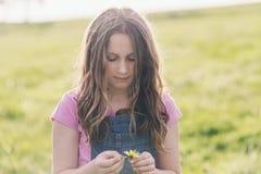 Девушка твена с маргариткой Стоковая Фотография RF