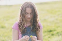 Девушка твена с маргариткой Стоковые Изображения RF