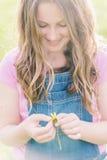 Девушка твена с маргариткой Стоковые Фото
