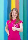 Девушка усмехаясь и делая жест рукой Стоковое фото RF