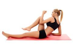 Девушка фитнеса делая abs Стоковое Изображение RF