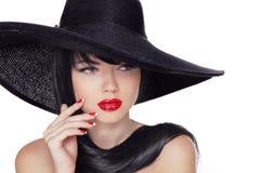 Девушка фотомодели стиля моды красоты в черной шляпе. Деланный маникюр na Стоковое Фото