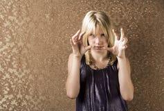 девушка фрустрации довольно показывая детенышей Стоковое Изображение RF