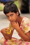 девушка яблока золотистая Стоковое Фото