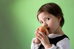 девушка яблока милая есть немного Стоковое Изображение RF