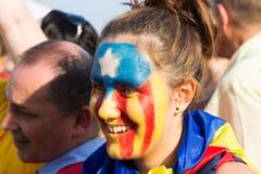 Девушка Atalan с картиной флага про-независимости участвует Стоковая Фотография