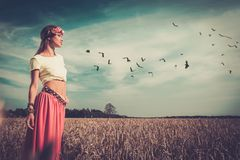 Девушка Hippie в поле Стоковые Фото
