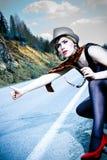 девушка hitchhiking чемодан Стоковые Изображения