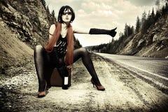 девушка hitchhiking чемодан Стоковые Фотографии RF