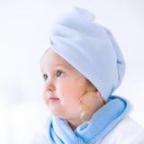 Девушка Litlte красивая в купальном халате и полотенце Стоковое Изображение RF