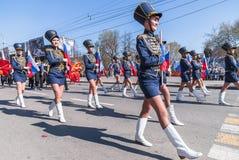 Девушки в марше формы Гусара с бирками Стоковая Фотография