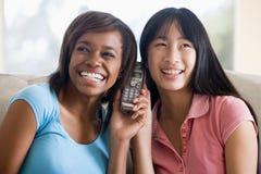 девушки говоря подростковый телефон Стоковые Изображения