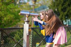 Девушки используя телескоп для sightseeing Стоковое Фото