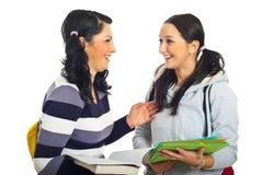 девушки смеясь над студентами Стоковые Изображения RF