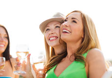 Девушки с стеклами шампанского на шлюпке Стоковая Фотография