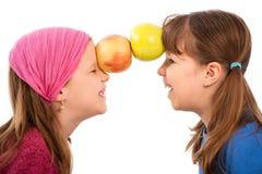 девушки 2 яблока Стоковая Фотография