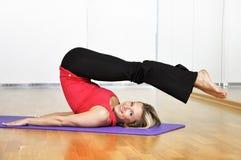 делать йогу женщины тренировки Стоковая Фотография