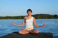 делать детенышей йоги женщины тренировки outdoors Стоковая Фотография RF