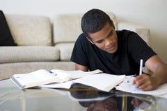 делающ домашнюю работу предназначенную для подростков Стоковое Изображение