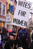 демонстрация выпрямляет женщин s Стоковая Фотография