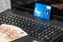 Деньги и кредитная карточка на клавиатуре Стоковые Фото