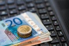 Деньги на клавиатуре компьютера Стоковая Фотография