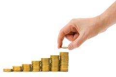 деньги руки монетки положили лестницу к Стоковая Фотография