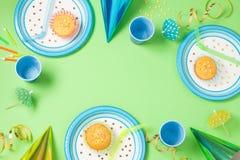 День рождения мальчика или сервировка стола партии зеленая Стоковая Фотография