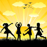 день детей играя глянцеватые силуэты Стоковое Изображение RF