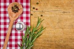 Деревенская деревянная предпосылка с checkered скатертью Стоковые Фотографии RF