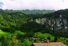 Деревня Lauterbrunnen в долине Lauterbrunnen в Швейцарии Стоковое Изображение RF