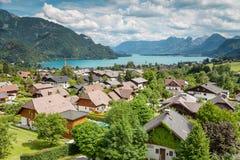 Деревня St Gilgen на Wolfgangsee в Австрии Стоковое Изображение RF