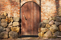 Деревянная дверь в каменной загородке Стоковая Фотография RF